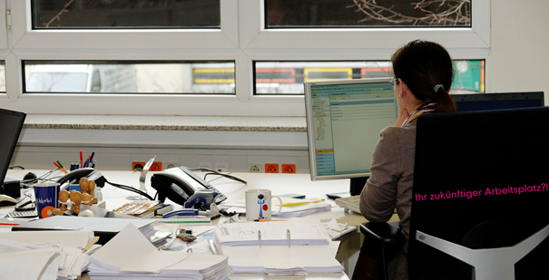 """Werden Sie Büroassistent/-in und gestalten Sie den Büroalltag mit! Nach unserer 8-monatigen Weiterbildung können Sie als """"Allrounder"""" Beschäftigung in Unternehmen nahezu aller Wirtschaftsbereiche finden."""